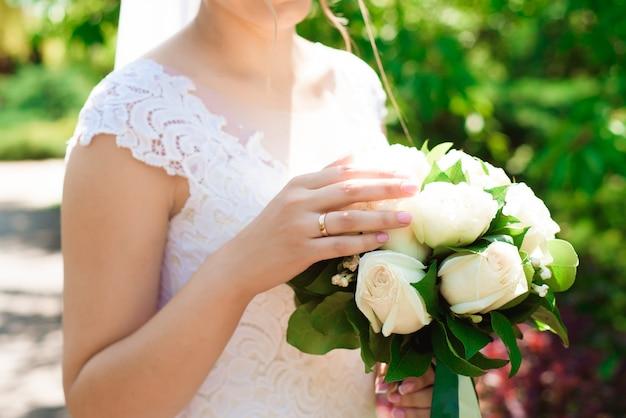 Bouquet da sposa, bouquet di bellissimi fiori in un giorno di nozze