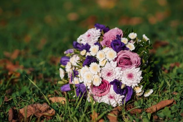 Bouquet da sposa con rose rosa e crisantemi bianchi