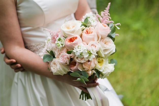 Bouquet da sposa di peonie bianche e rosa.
