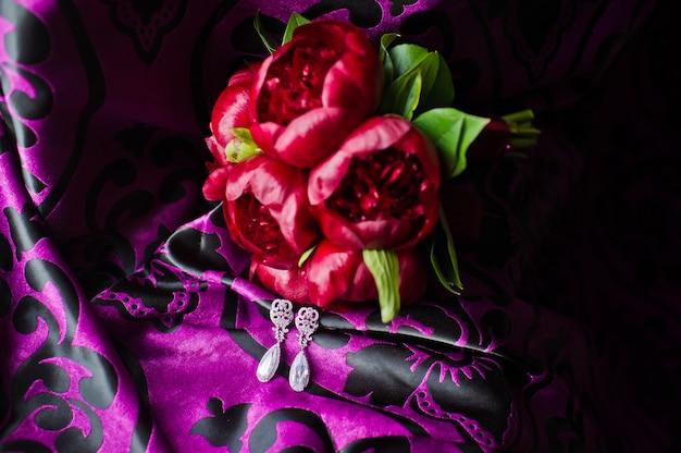 Bouquet da sposa di peonie bordeaux