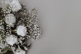 Bouquet da sposa di rose bianche con spazio a destra