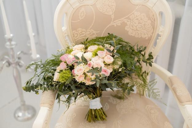 Bouquet da sposa di rose rosa