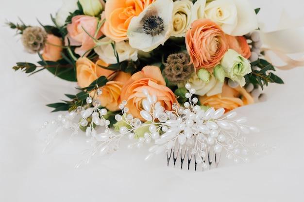 Bouquet da sposa e gioielli.