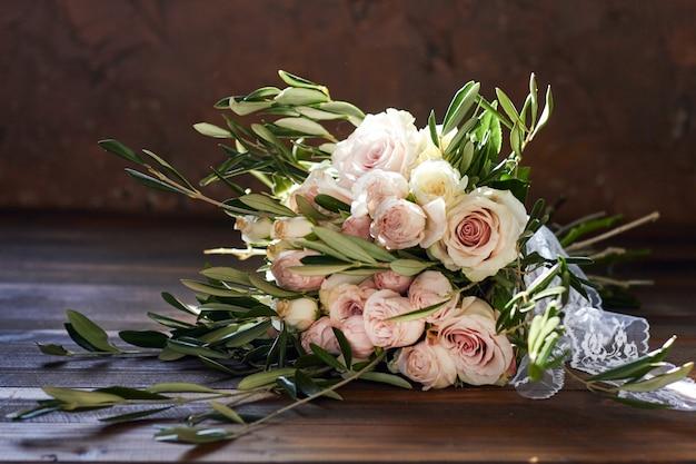 Bouquet da sposa estivo bellissimo. fiori delicati e luminosi per la sposa