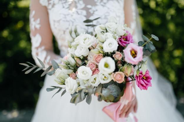 Bouquet da sposa nelle mani della sposa