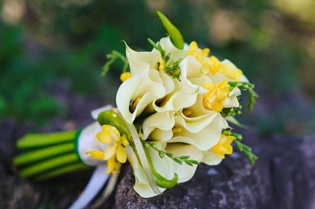Bouquet da sposa su una pietra