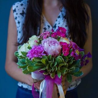 Bouquet dai toni rosa e bianco lavorato a maglia con nastro viola in tulle