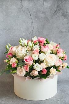 Bouquet di bellissimi fiori con peonie, rose ed eustoma