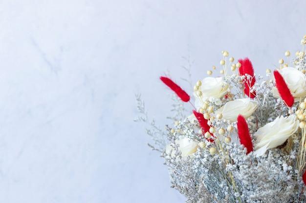 Bouquet di coloratissimi fiori secchi e rose bianche