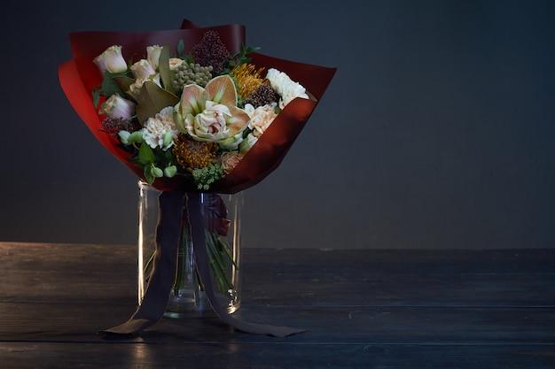 Bouquet di colori pastello in stile vintage sul buio