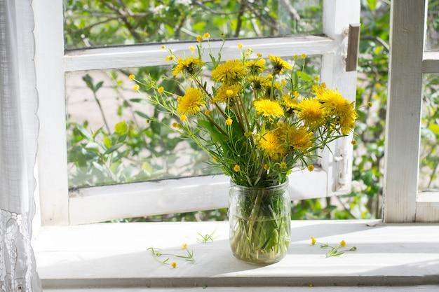 Bouquet di denti di leone sulla finestra