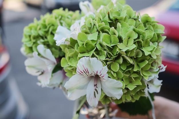 Bouquet di fidanzate di ortensie e gigli verdi