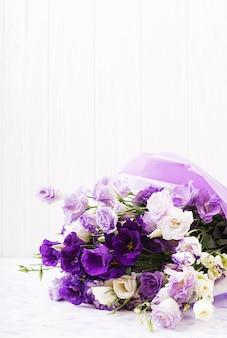 Bouquet di fiori bellissimi mix di eustoma bianco, viola e viola.