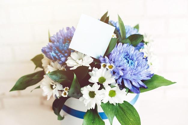 Bouquet di fiori con adesivo bianco
