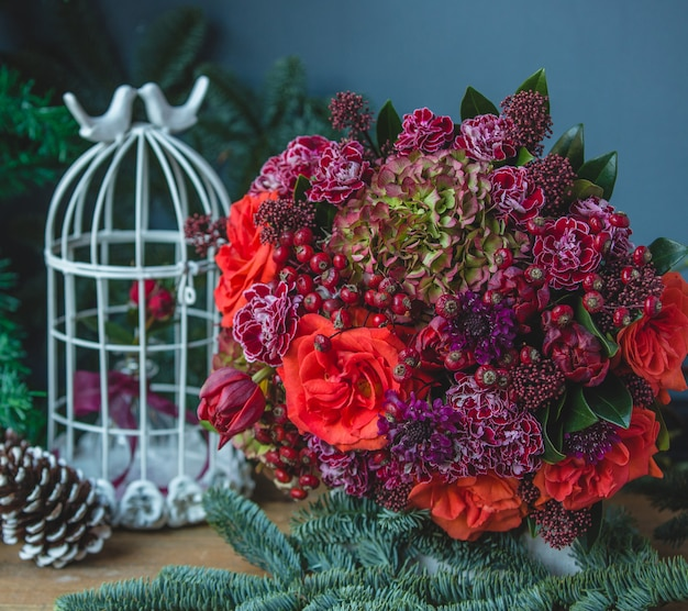 Bouquet di fiori con combinazione di colori rosso e viola