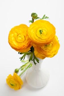Bouquet di fiori di ranuncolo persiano giallo