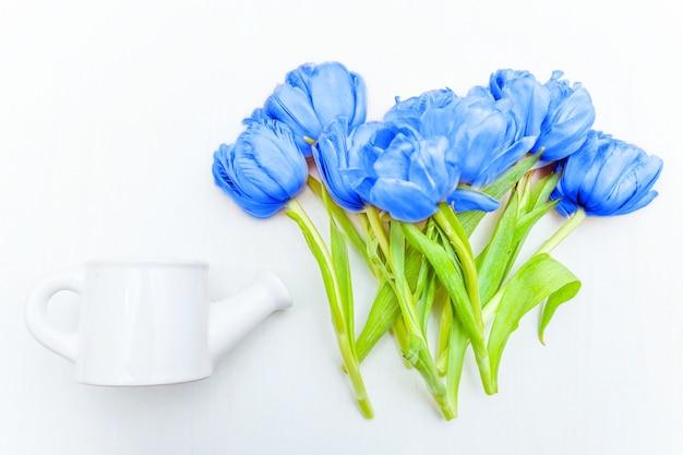 Bouquet di fiori di tulipani freschi colorati nel colore di tendenza dell'anno 2020 classic blue. colore macro brillante. coperta piatta vista dall'alto copyspace.
