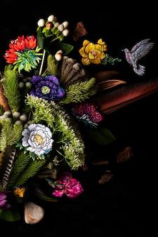Bouquet di fiori e piume