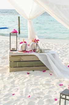 Bouquet di fiori e vetro e champagne nell'arco di nozze