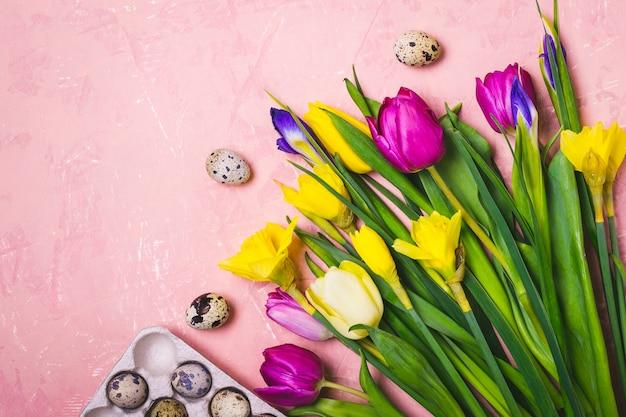 Bouquet di fiori primaverili e uova di quaglia