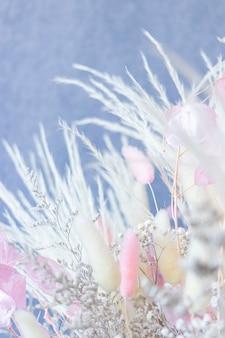 Bouquet di fiori secchi colorati bianchi e spighe bianche e rosa