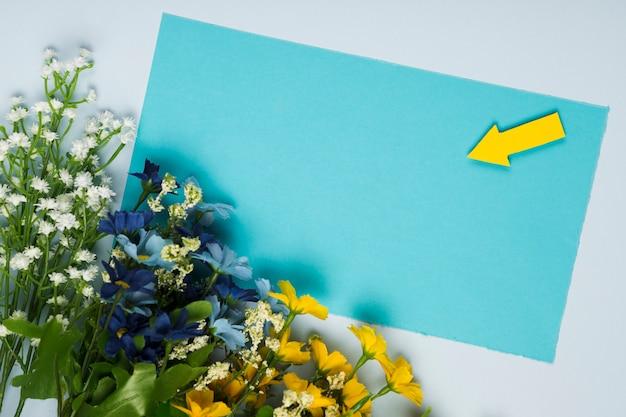 Bouquet di fiori vista dall'alto con biglietto di auguri