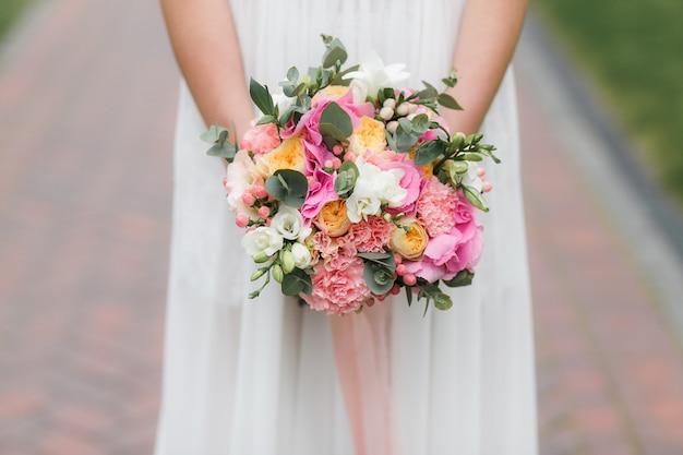 Bouquet di holding sposa