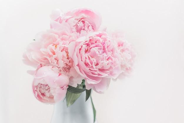 Bouquet di peonie rosa in un vaso