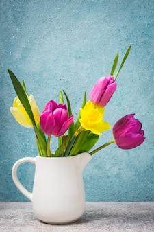 Bouquet di primavera di tulipani e narcisi