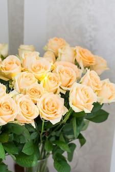 Bouquet di rose di pesca con ghirlande
