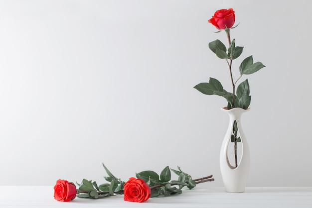 Bouquet di rose rosse in vaso