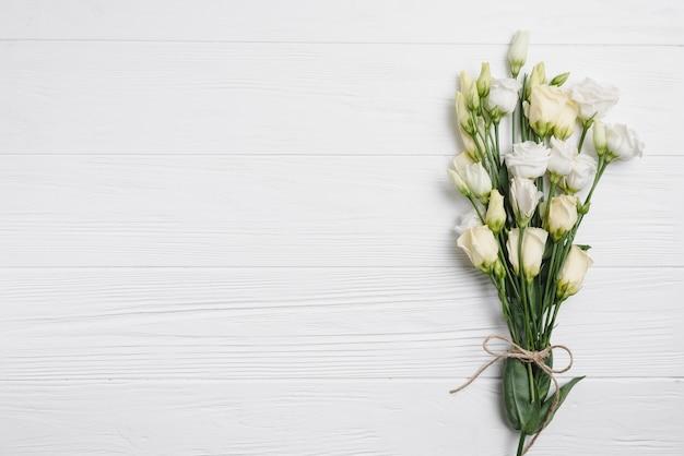 Bouquet di rose su bianco