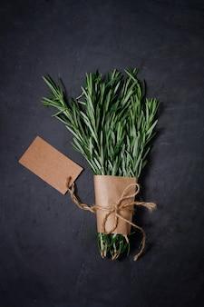 Bouquet di spezie rosmarino su sfondo scuro