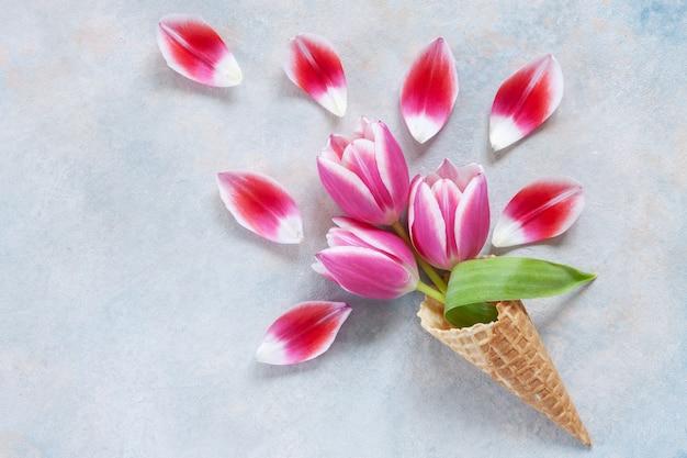 Bouquet di tulipani rosa in cono di cialda.