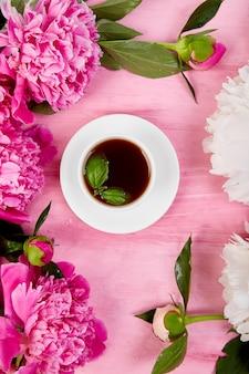 Bouquet fiori di peonia e tazza di caffè