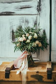 Bouquet su una vecchia scatola di legno