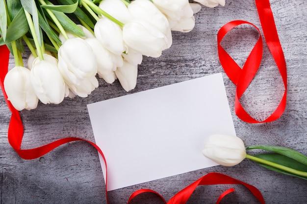 Bouquet tulipani bianchi con nastro rosso