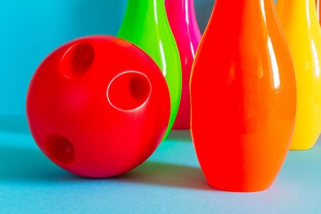 Bowling e palla per giocare a bowling per bambini su uno sfondo blu con spazio di copia