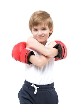 Boxe sportiva per bambini forte in guanti rossi e maglietta bianca