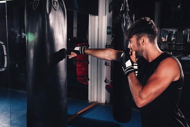 Boxe uomo in palestra