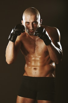 Boxer in un rack con un bel corpo muscoloso e calvo