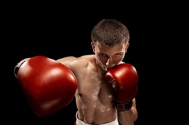 Boxer maschio boxe con drammatica illuminazione tagliente