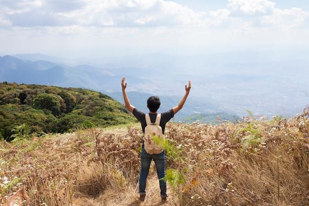 Braccia alzando hiker