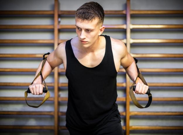 Braccia da allenamento con cinturini fitness trx