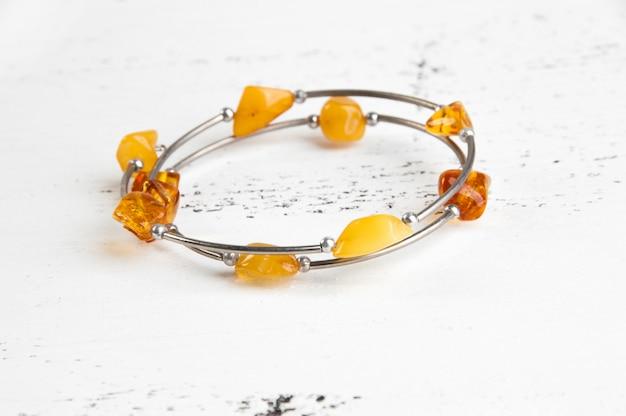 Bracciale vintage in ambra su bianco