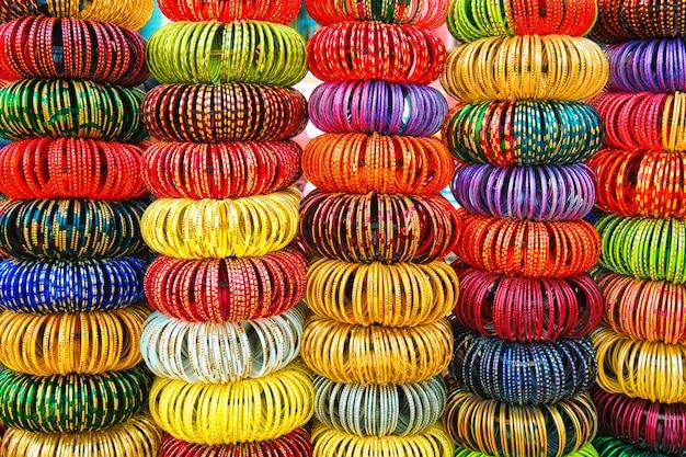 Braccialetti indiani in un negozio