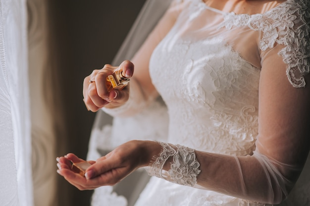 Braccialetto di gioielliere sulla mano della sposa