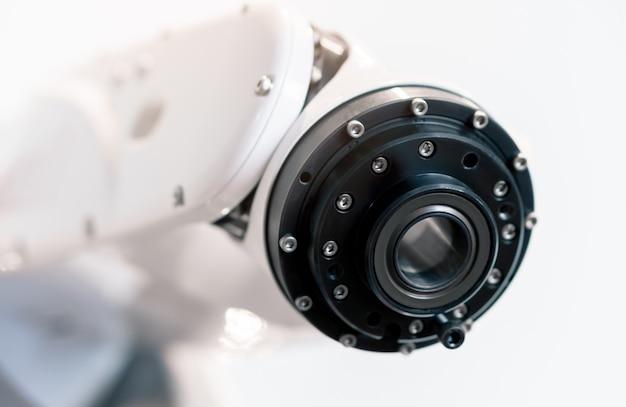 Braccio robot industriale moderno nella linea di produzione automatizzata che analizza la qualità del prodotto con software di intelligenza artificiale, smart industry technology 4.0 con spazio di copia
