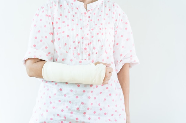 Braccio rotto donna asiatica adulta dall'incidente, fine su in mezzo ente con lo spazio della copia. concetto di assistenza sanitaria e società che invecchia.