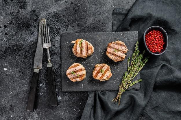 Braciole di maiale alla griglia disossate. filetto di bistecca. vista dall'alto